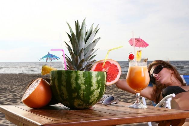 Cocktail de verão fresco com sobremesa e melancia