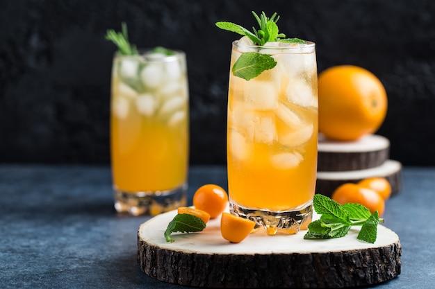 Cocktail de verão fresco com suco de laranja e cubos de gelo. copo de refrigerante de laranja