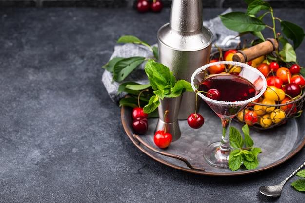 Cocktail de verão vermelho cereja martini