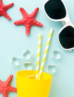 Cocktail de verão vista superior com óculos de sol