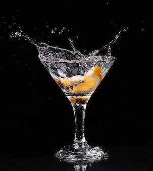 Cocktail de vermute dentro do copo de martini sobre fundo escuro