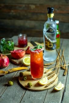 Cocktail de vista frontal com azeitonas e rodelas de limão