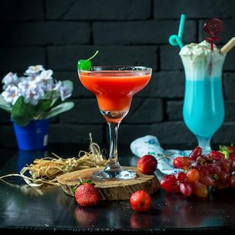 Cocktail de vista frontal com morangos e uvas