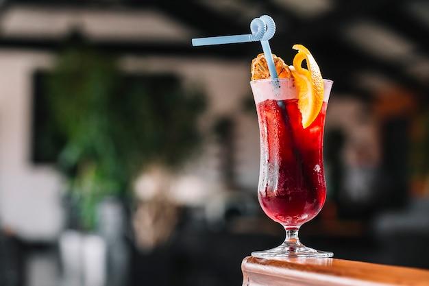Cocktail de vista lateral com uma fatia de laranja