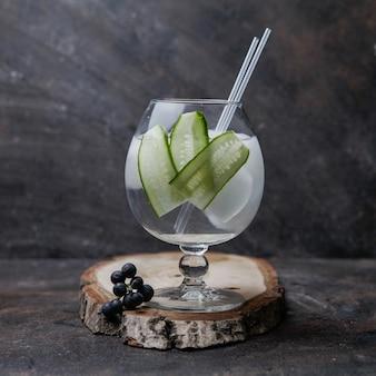 Cocktail de vista lateral em um copo grande