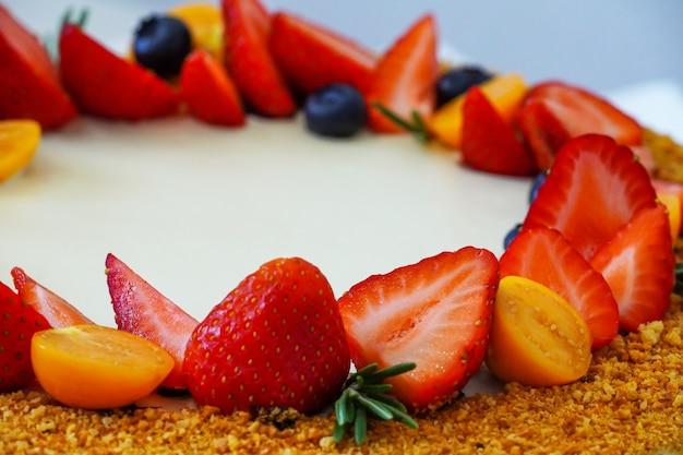 Cocktail de vitamina de frutas e bagas. decoração de um bolo festivo com produtos naturais. morango.