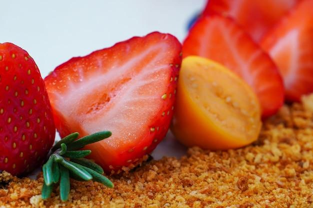 Cocktail de vitamina de frutas e bagas. morango. mirtilos e physalis. decoração de um bolo festivo com produtos naturais.