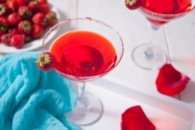 Cocktail exótico alcoólico vermelho em copos claros