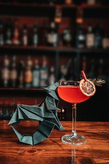 Cocktail exótico com origami
