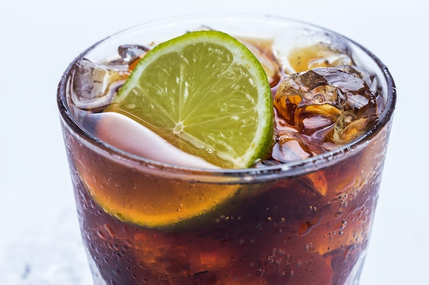 Cocktail fresco com bebida de cola e limão