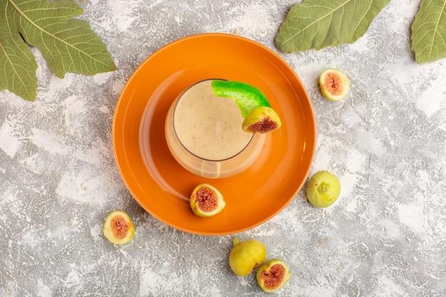 Cocktail fresco com figos na mesa branca