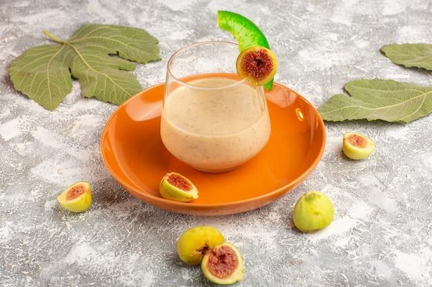Cocktail fresco com figos na superfície branca de vista frontal