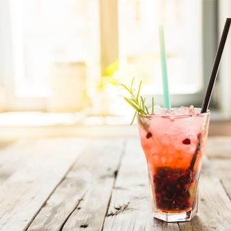 Cocktail fresco com gelo na mesa de madeira