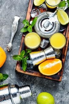 Cocktail fresco com laranja