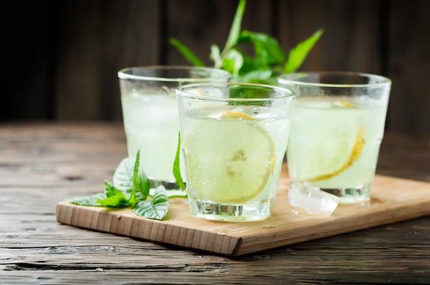 Cocktail fresco com refrigerante e limão