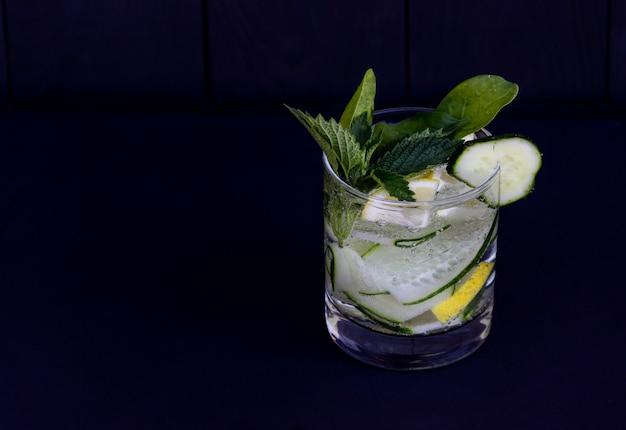 Cocktail fresco da desintoxicação com pepino e limão. copyspace grátis.