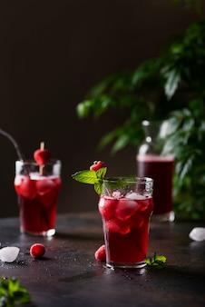 Cocktail fresco de verão frio com framboesa, menta e gelo. conceito de bar e
