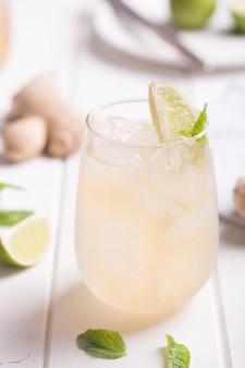 Cocktail fresco preparado com cerveja de gengibre, limão e gelo