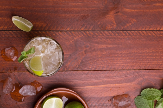 Cocktail fresco preparado com cerveja de gengibre. vista do topo