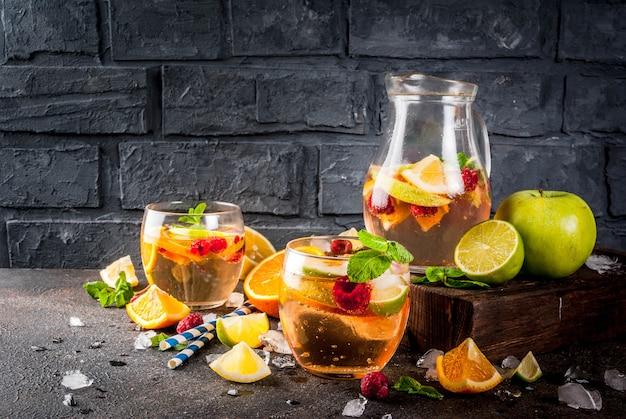 Cocktail frio de verão, sangria de frutas e bagas