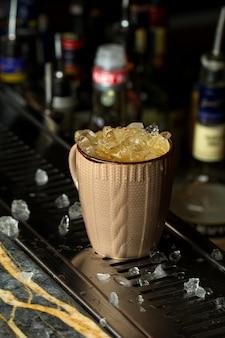 Cocktail frio em cima da mesa