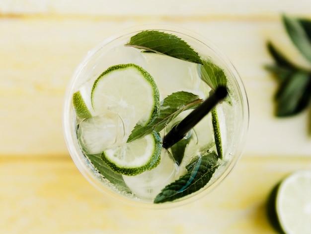 Cocktail frio transparente com limão e hortelã