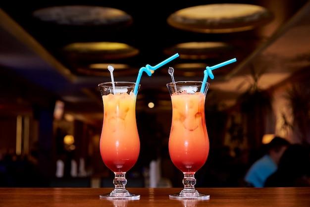 Cocktail frios brilhantes em um fundo escuro do restaurante.