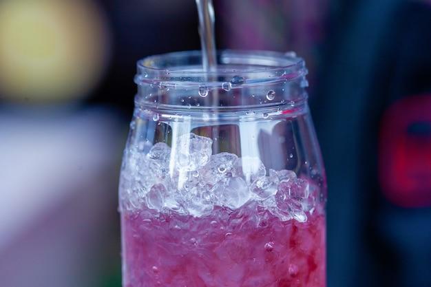 Cocktail gelado ao ar livre. festival de comida de rua