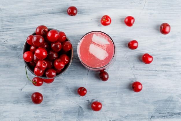 Cocktail gelado com cerejas em um jarro.