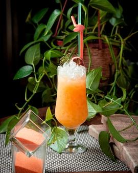 Cocktail gelado de laranja em cima da mesa