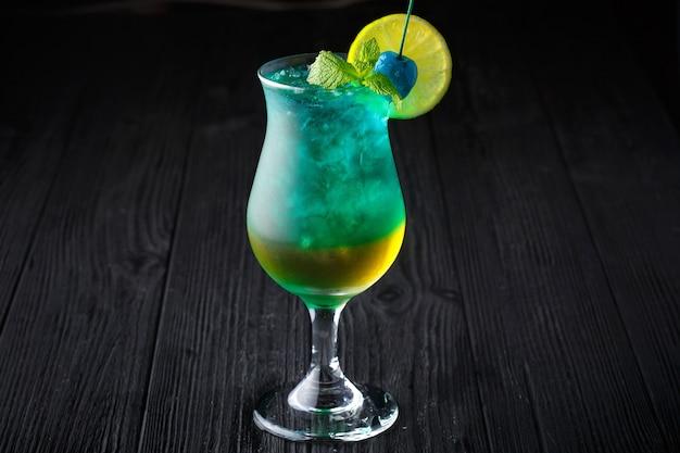 Cocktail havaiano azul com hortelã no fundo preto
