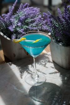 Cocktail havaiano azul em copos de martini