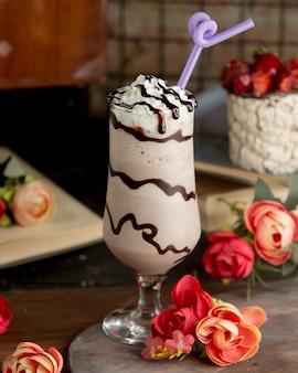 Cocktail leitoso cremoso com calda de chocolate.