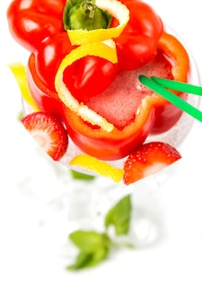 Cocktail longo em pimenta vermelha com decoração