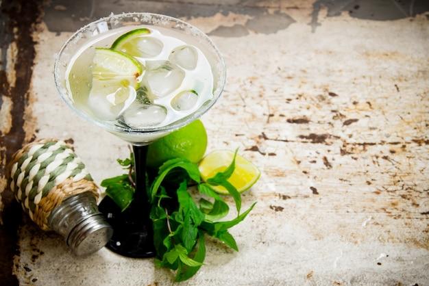Cocktail margarita. coquetel fresco com gelo. espaço livre para texto.