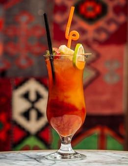 Cocktail multivitamínico com gelo na mesa
