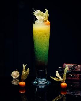 Cocktail multivitamínico fresco em cima da mesa