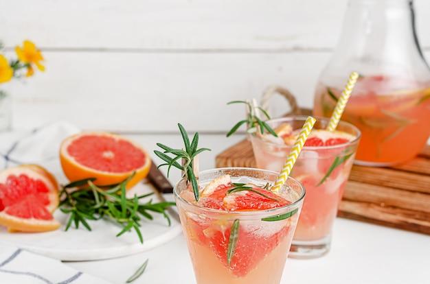 Cocktail não alcoólico de suco de toranja e alecrim. beber saudável, copie o espaço