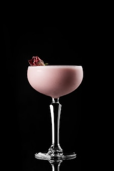 Cocktail no menu de layout de fundo preto restaurante bar vodka wiskey tonic milk strawberr