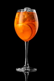 Cocktail preto fundo menu restaurante bar vodka wiskey tônico laranja aperol spritz prós