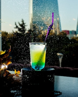 Cocktail refrescante com cubos de gelo 1