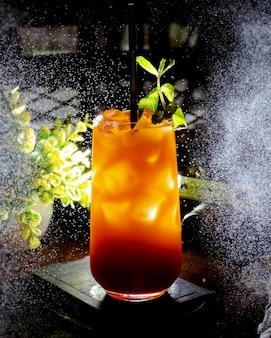Cocktail refrescante com cubos de gelo e folhas de hortelã