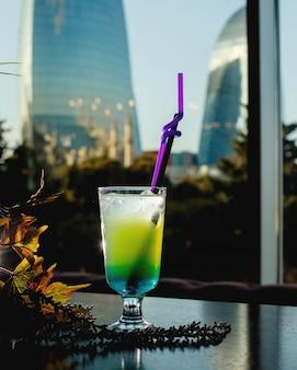 Cocktail refrescante com cubos de gelo
