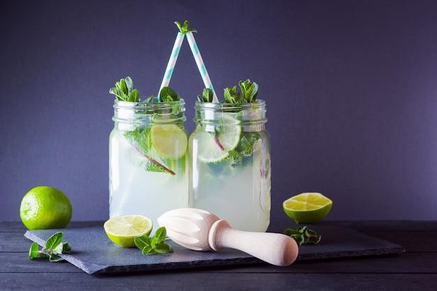 Cocktail refrescante com limão e hortelã fresca na placa de ardósia