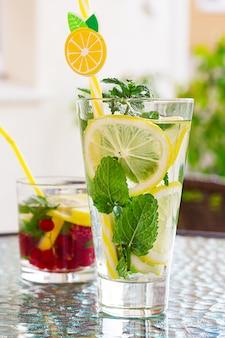 Cocktail refrescante de mojito com limão, hortelã e groselha.