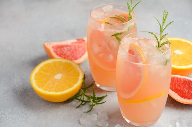 Cocktail refrescante do citrino com toranja, laranja e alecrins.