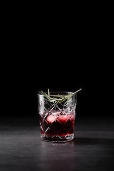 Cocktail refrescante no espaço da cópia de vidro