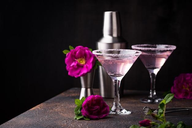 Cocktail rosa com calda de rosa