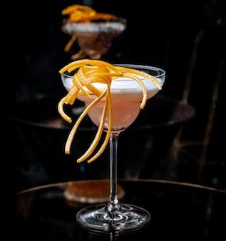 Cocktail rosa em cima da mesa