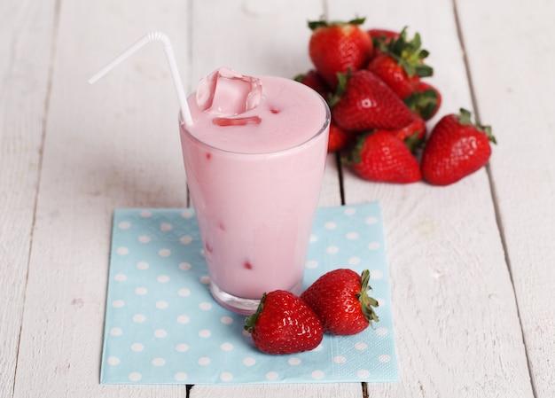 Cocktail rosa gelado e morangos frescos